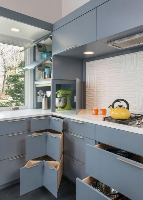 una cucina moderna blu chiaro della metà del secolo con ripiani bianchi e un backsplash di piastrelle bianche