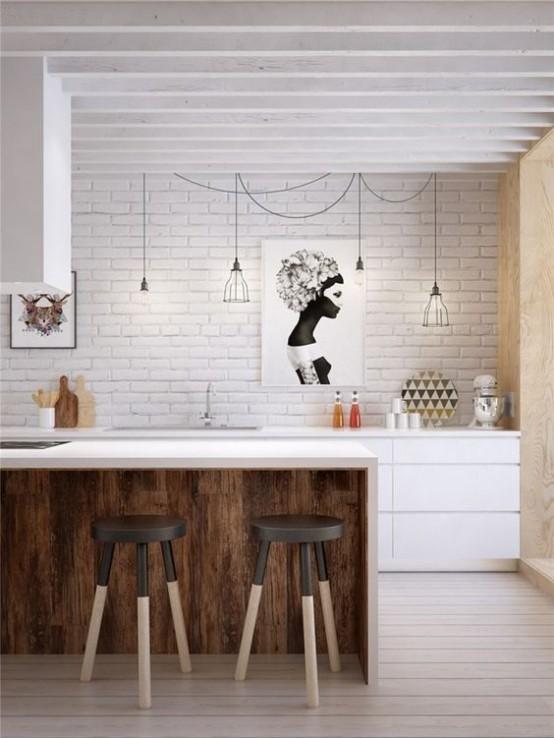 un moderno della metà del secolo incontra una cucina industriale con un muro di mattoni bianchi, un'isola da cucina bianca con sgabelli, lampade a sospensione in filo nero