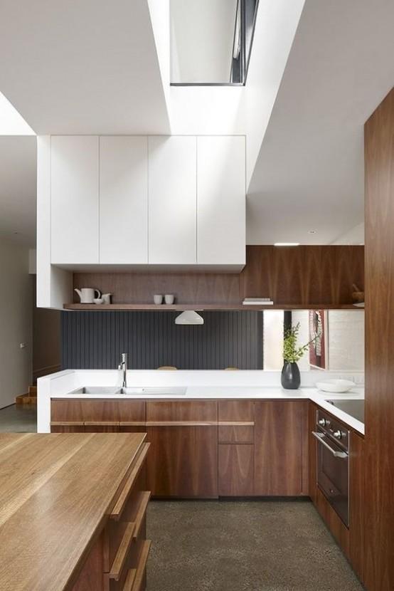 un moderno della metà del secolo incontra una cucina minimalista con armadi colorati e bianchi, ripiani bianchi e una grande isola cucina in legno