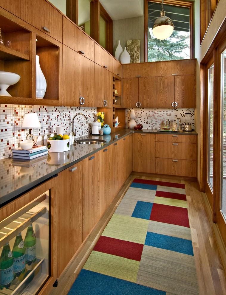 una cucina in legno dai colori intensi con un backsplash di piastrelle a mosaico, un tappeto a blocchi di colore e molto legno naturale (Design By Lisa)