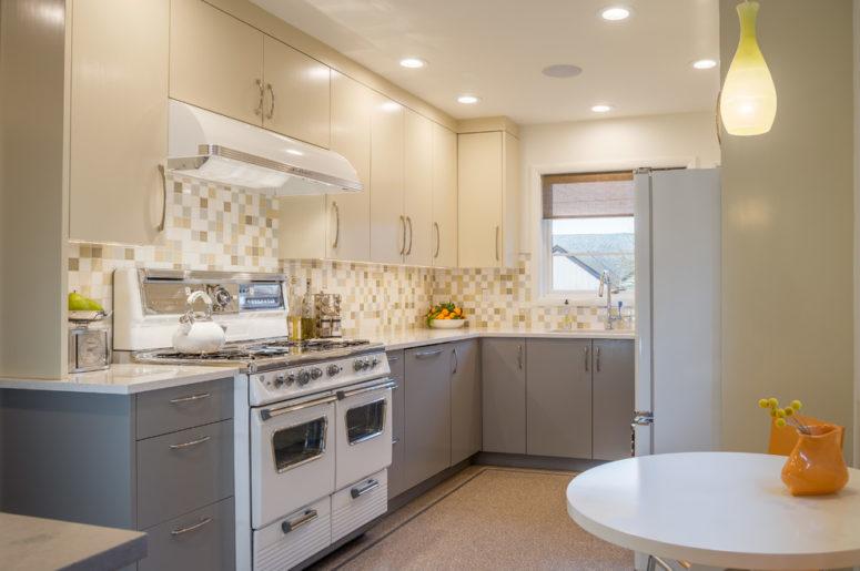 una cucina moderna della metà del secolo bianca e grigia con un backsplash di piastrelle a mosaico e molta luce (Smithcraft Fine Construction)