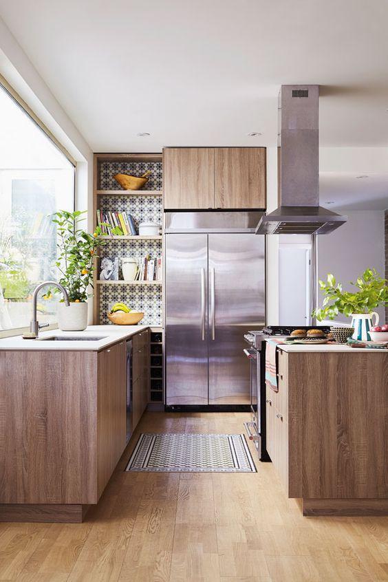 un'accogliente cucina moderna della metà del secolo con piastrelle a mosaico, armadi in legno ed elettrodomestici in metallo