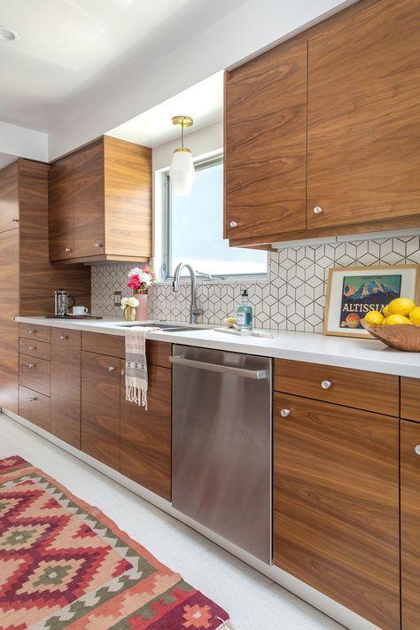 una cucina moderna della metà del secolo ricca di tinte con un alzatina in piastrelle geometriche e manopole metalliche