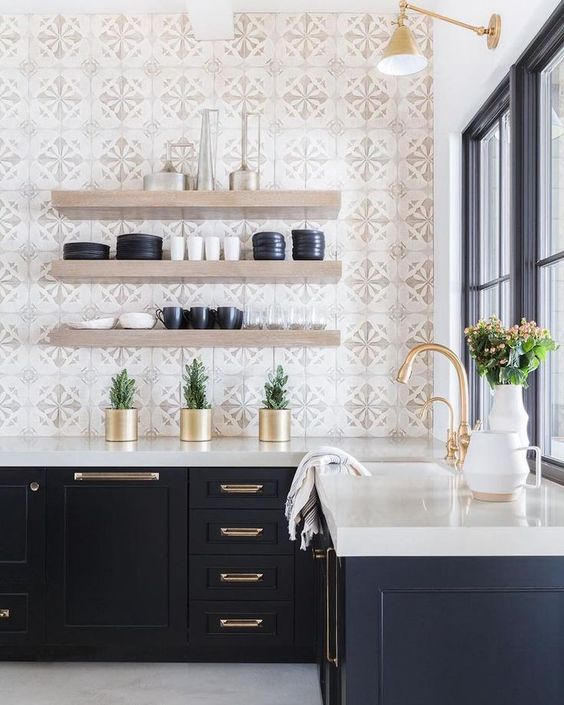 un'elegante cucina moderna della metà del secolo con piastrelle a mosaico, armadi blu scuro e un piano di lavoro bianco