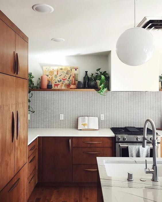 una cucina moderna della metà del secolo in legno tinto ricco con ripiani bianchi, un backsplash di piastrelle grafiche