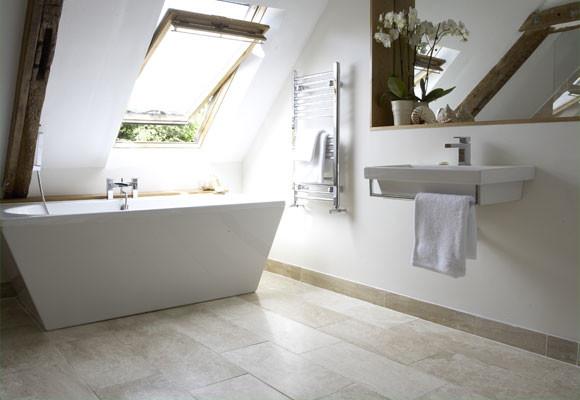 un bagno attico minimalista con una vasca scultorea, un piccolo lavandino galleggiante, uno specchio e un po 'di legno nell'arredamento (Anne Webster Designs Pty Ltd)