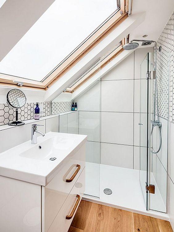 un piccolo bagno contemporaneo in neutri con tocchi di legno, piastrelle di grandi dimensioni e una vanità fluttuante più piastrelle esagonali
