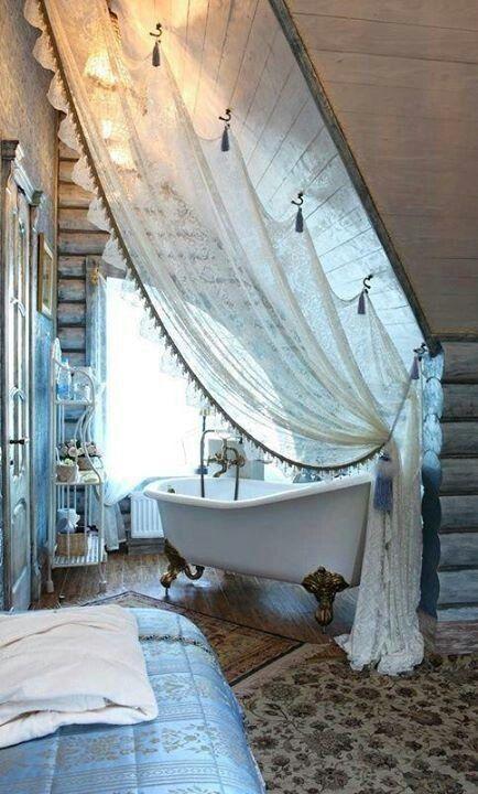 un minuscolo bagno rustico con tronchi alle pareti, una vasca con i piedini, un etagere per la conservazione
