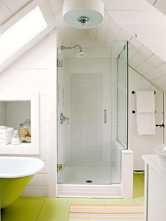 un bagno in mansarda bianco con pavimento verde neon, doccia, vasca da bagno verde neon e lavandino