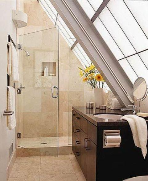 un bagno in mansarda neutro con una parete vetrata, uno spazio doccia piastrellato e una vanità scura