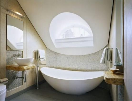 un bizzarro bagno in mansarda con una finestra accattivante, un lavabo in legno e un lavandino