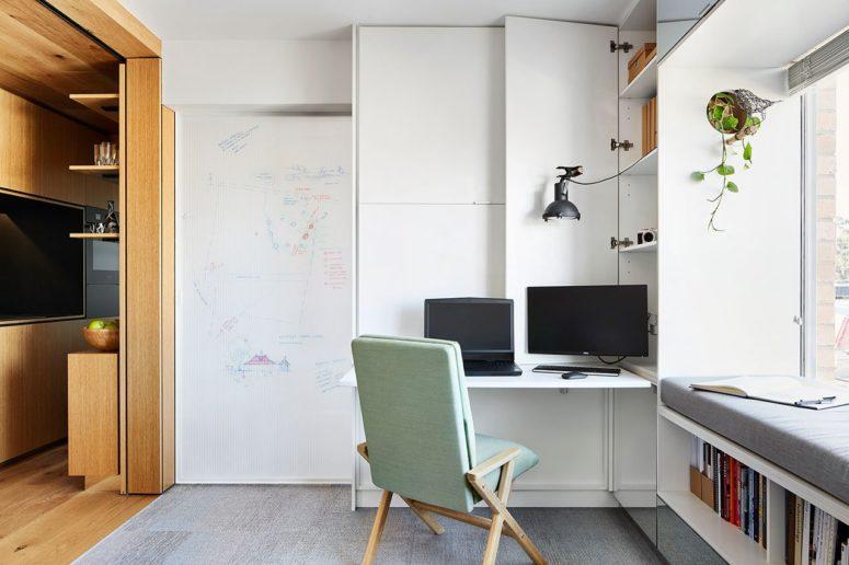 La postazione di lavoro nel soggiorno può essere nascosta in qualsiasi momento per una maggiore funzionalità dello spazio