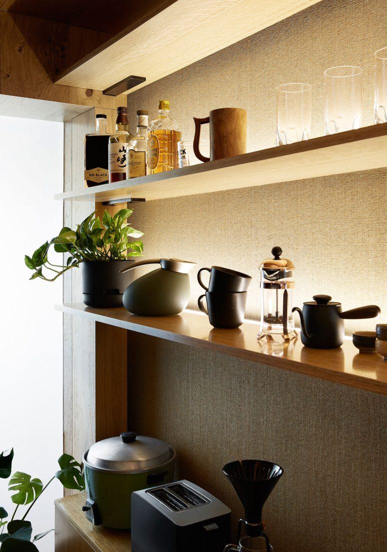 La cucina sfoggia un comodo scaffale a giorno con tutte le cose necessarie