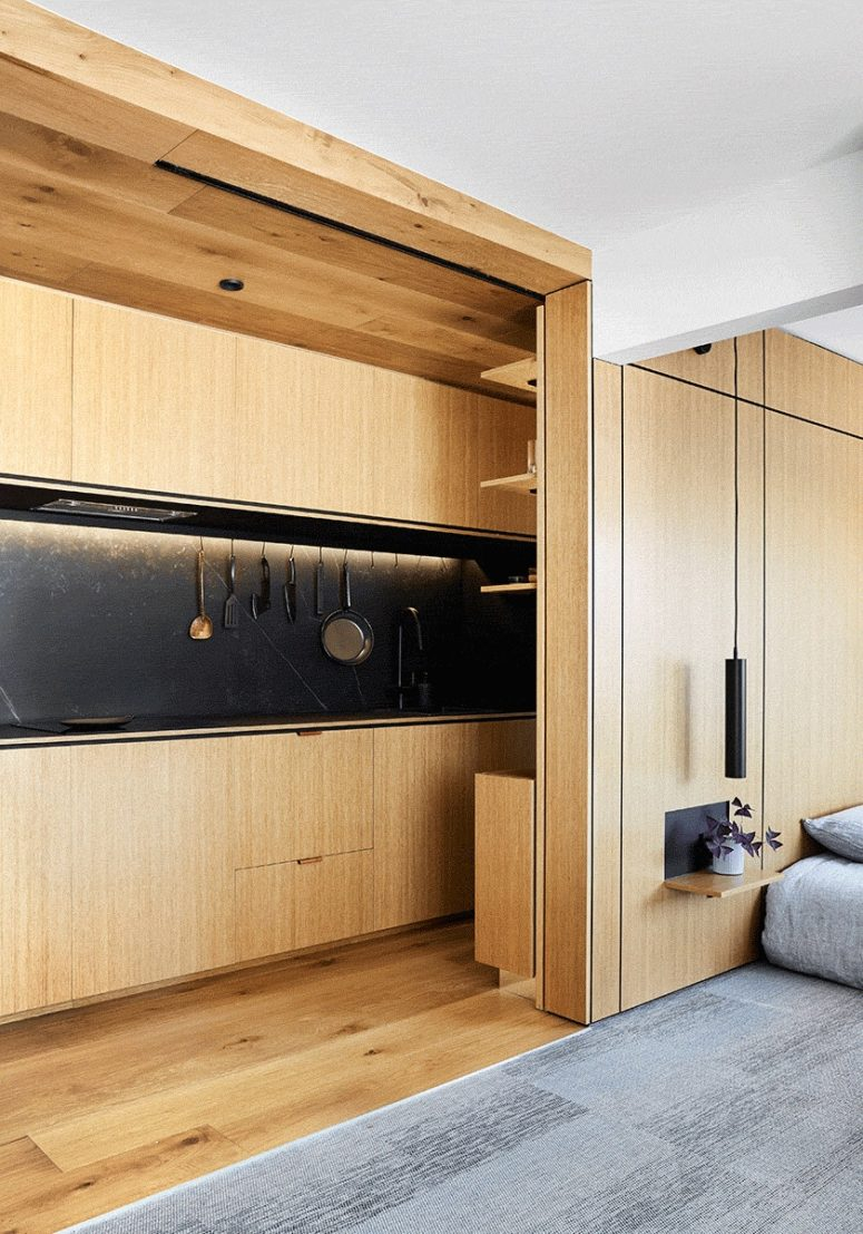 La zona pranzo con tavolo e sgabelli può essere nascosta all'interno della testiera della camera da letto