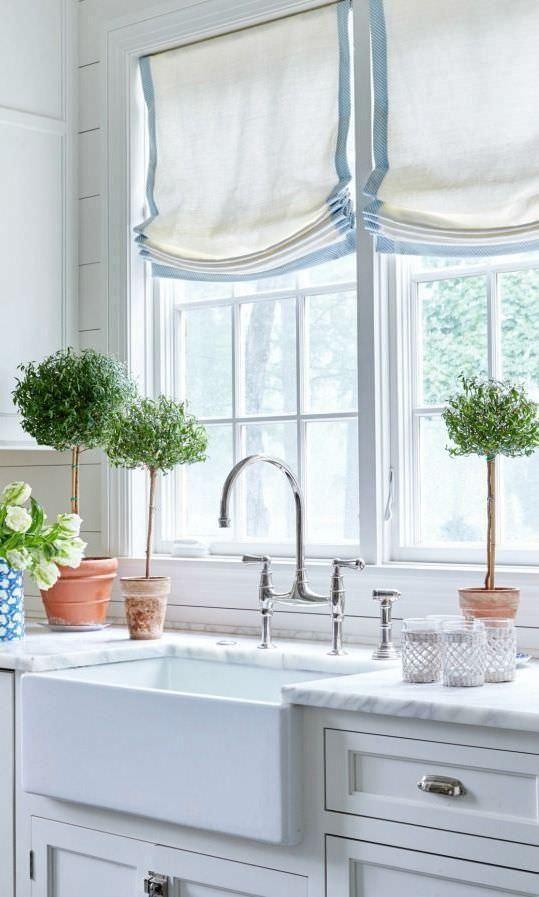 le tonalità romane bianche e blu si aggiungono all'arredamento della fattoria della cucina, fa parte dell'arredamento