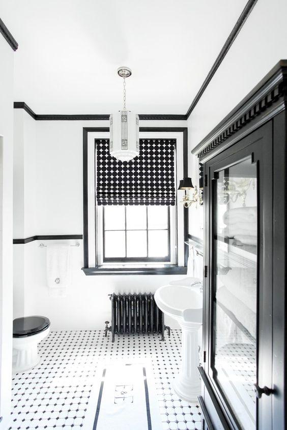 un audace bagno monocromatico con sfumature romane stampate che aggiungono interesse allo spazio