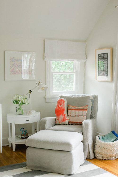 un accogliente angolo lettura con un'atmosfera tradizionale e una piccola finestra con sfumature romane in neutri