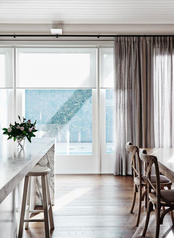le tende a rullo neutre si adattano molto bene alle tende di qualsiasi colore e trama che bloccano la luce eccessiva