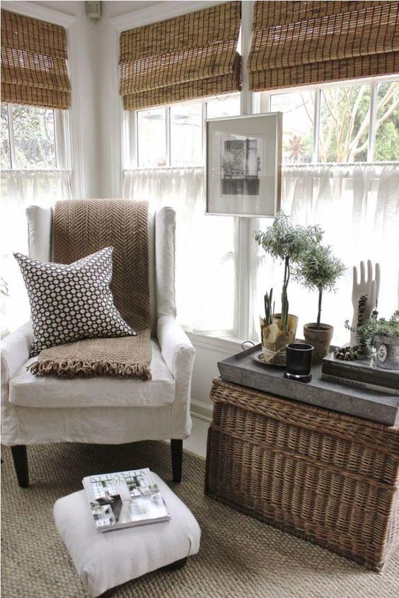 le tonalità romane di bambù, un cesto come tavolino da caffè e la vegetazione in vaso portano all'interno un'atmosfera esterna