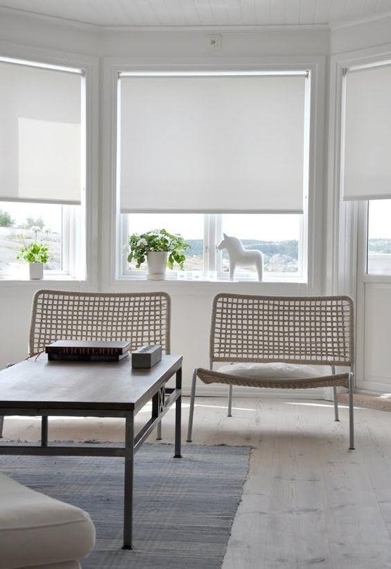 le semplici tonalità a rullo bianche sono perfette per gli interni moderni, sono molto laconiche e facili da installare