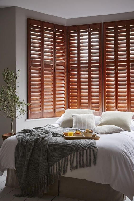 le persiane colorate nella camera da letto sono un'idea di arredamento chic e un'ottima alternativa alla testiera del letto