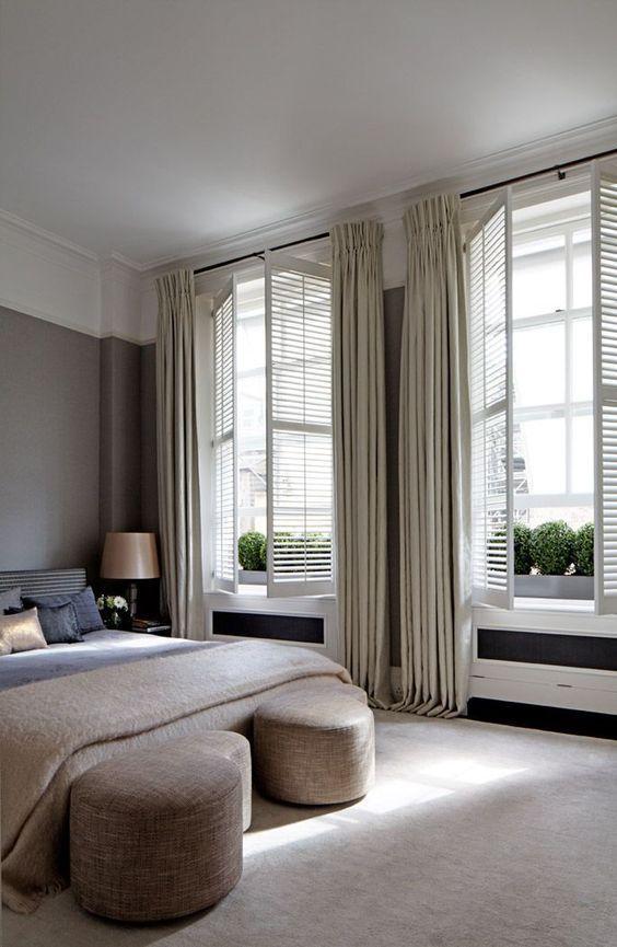 le persiane neutre con tende abbinate creano un look da camera sofisticato e accogliente aggiungendo fascino ad esso