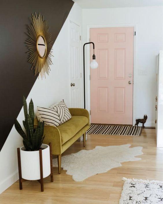 fai una dichiarazione moderna della metà del secolo con un mini divano imbottito color senape nel tuo ingresso