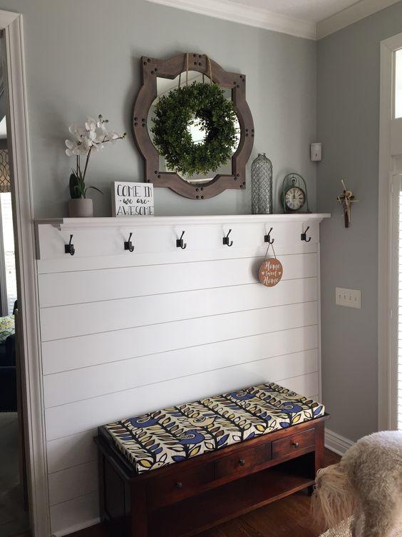 una panca di ispirazione vintage presenta un ripiano aperto e alcuni cassetti sotto il sedile per riporre oggetti