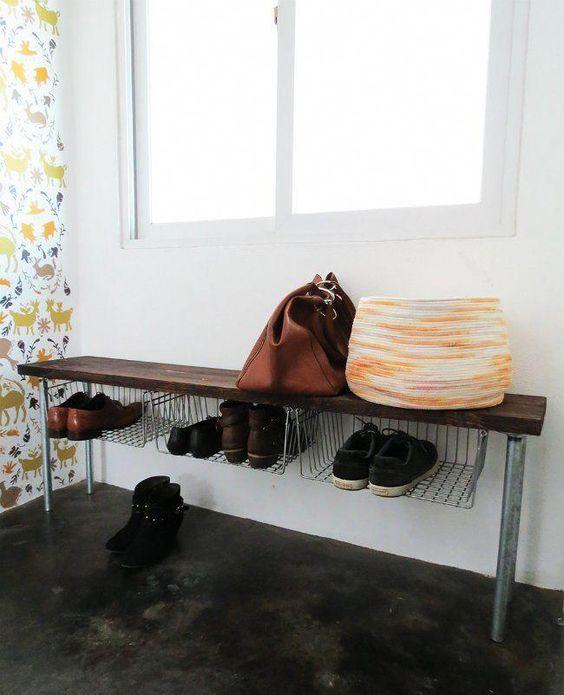 una panca industriale con gambe in metallo, seduta in legno e ampi ripiani per riporre le scarpe è un'idea geniale