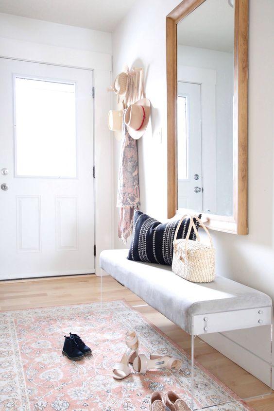 aggiungi stile al tuo spazio con un bnch in acrilico trasparente e imbottito contemporaneo come questo