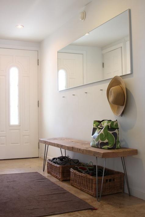 una semplice panca in legno su gambe a forcina e cestini per riporla sotto è un'idea elegante e facile da rilanciare