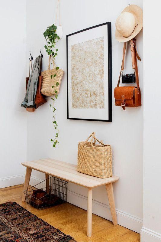 un'opera d'arte, una fioriera sospesa con vegetazione e persino una borsa e un cappello di paglia si aggiungono all'arredamento dello spazio