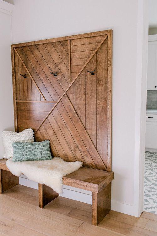 una panca e una decorazione murale in legno abbinata: il legno dona sempre un'atmosfera calda e accogliente allo spazio