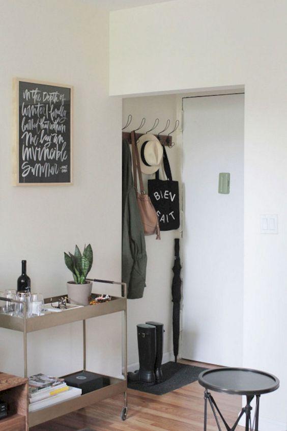 un carrello su rotelle con una pianta in vaso, del vino e dei bicchieri e delle candele: cosa può essere più invitante