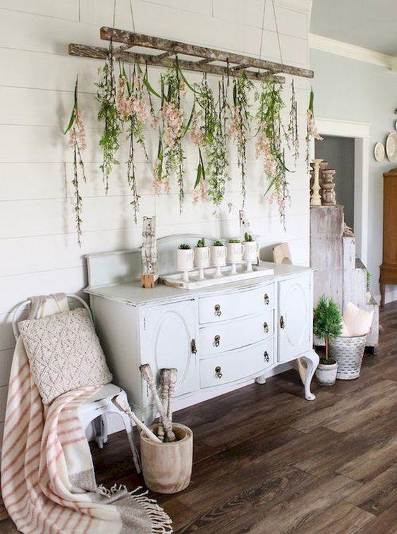 una scala vintage con vegetazione e fiori e piante in vaso fanno sentire l'interno come all'aperto