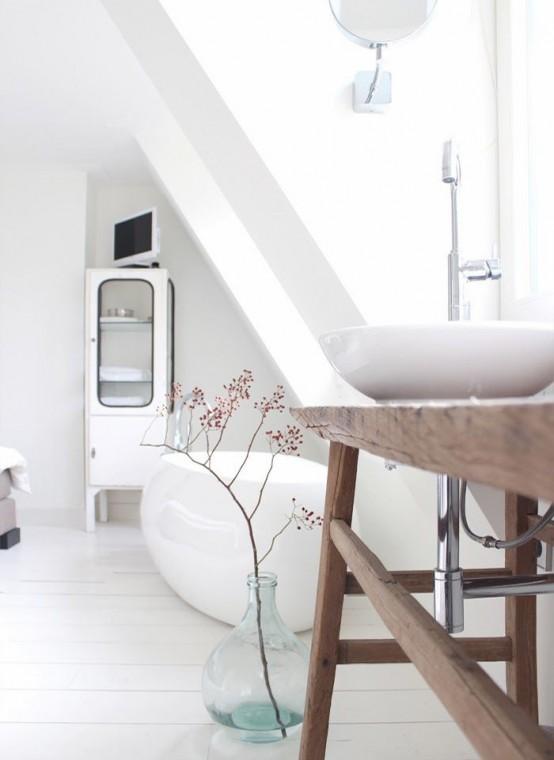 un bellissimo bagno nordico con una vasca ovale e un lavandino, un lavabo in legno e un armadio per riporre gli oggetti