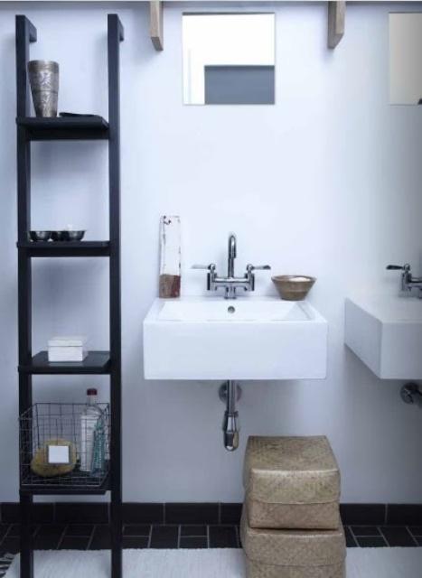 un bagno in bianco e nero con due lavandini, un grande contenitore a giorno e scatole per la conservazione