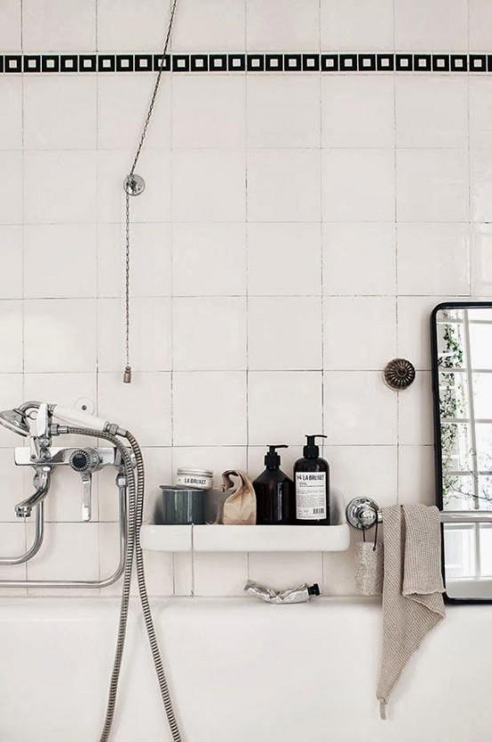 un bagno scandinavo bianco sporco può essere accentuato con elettrodomestici e rubinetti neri e vitnage