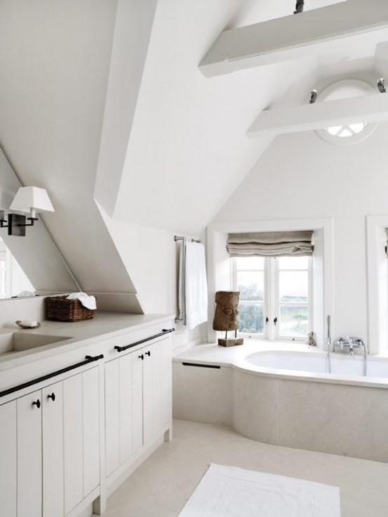 un bagno scandinavo di ispirazione vintage con un grande lavabo, travi in legno e una vasca rivestita di piastrelle
