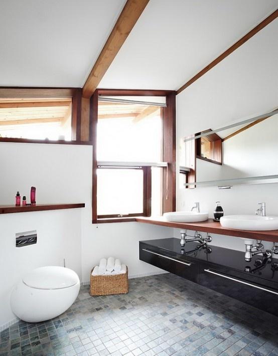 un bel bagno contemporaneo con travi in legno, un lavabo nero lucido e un cesto per la conservazione