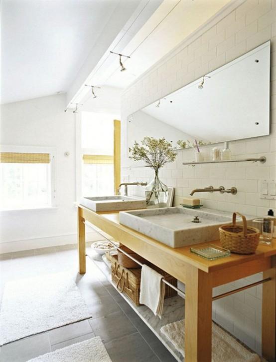 un accogliente bagno scandinavo con un lavabo in legno, un grande specchio e lavandini macchiati