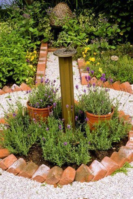 i soliti mattoni rossi sono un'idea molto interessante per un bordo da giardino e contrastano con fiori luminosi e neutri e ghiaia neutra