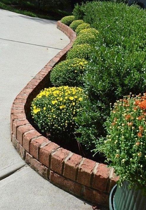 il bordo da giardino in mattoni rossi è un'idea elegante con un aspetto finale molto pulito, funziona sempre