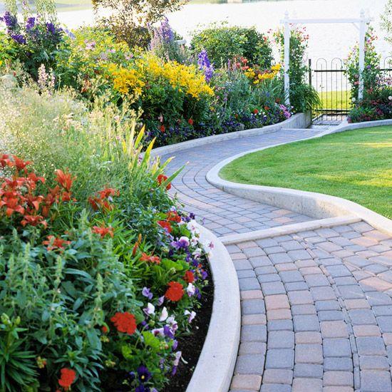 percorsi in mattoni e bordi in cemento minimalisti sono uno sfondo piacevole per fiori super luminosi