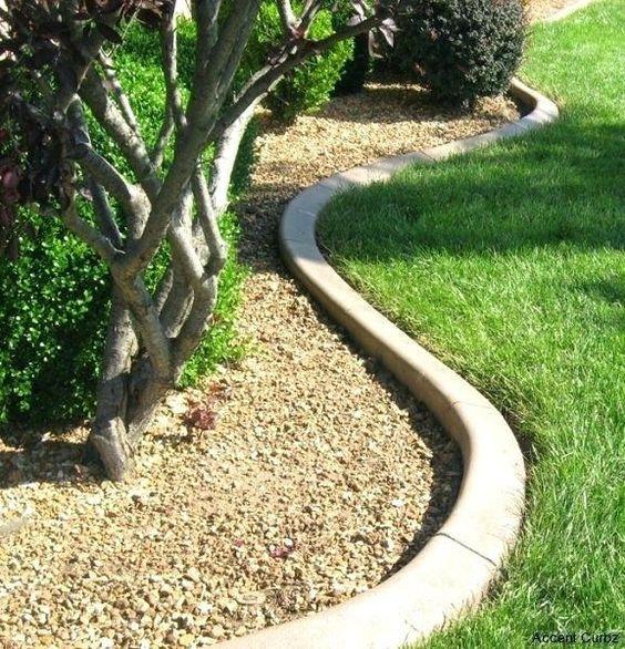 il bordura per aiuola in cemento curvo è un'idea minimalista chic che si abbinerà a qualsiasi pianta
