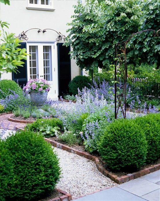 bordo in mattoni rossi da giardino e ghiaia neutra per un contrasto e il massimo dell'eleganza: una combinazione del genere funziona sempre