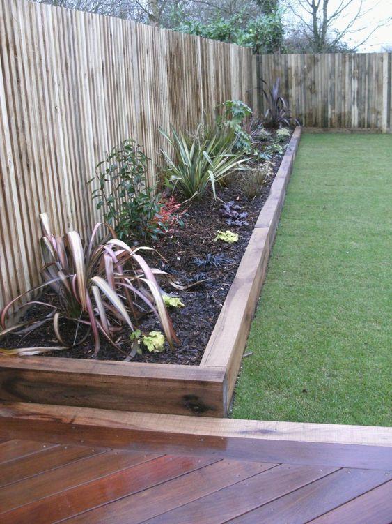 bordure per aiuole in legno tinto e percorsi coordinati per un'atmosfera boho rilassata nel tuo giardino