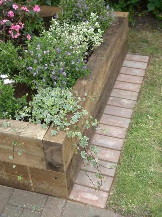 un bordo da giardino in legno è un'idea naturale e molto rilassata, che ha solo uno svantaggio, non è durevole