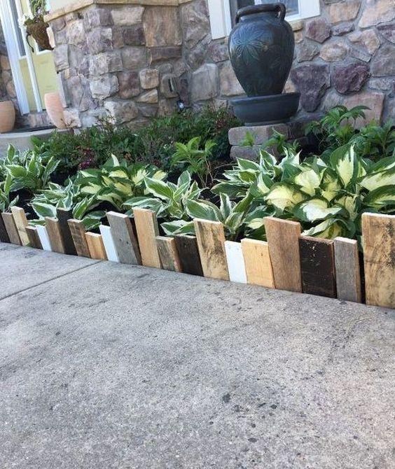 bordatura semplice e accattivante per giardino realizzata con assi di legno non corrispondenti in vari colori