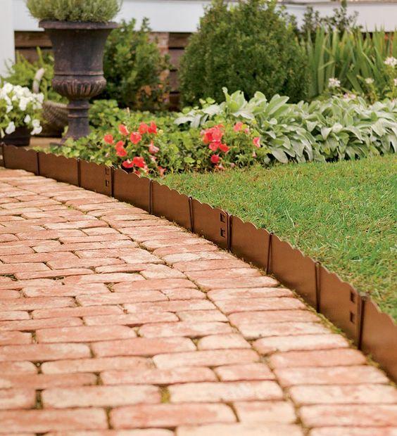 bordure per aiuole smerlato e i mattoni rossi sono una combinazione fresca e molto luminosa con una lunga durata